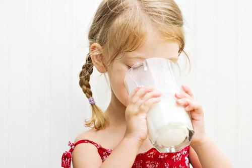 Як стверджують фахівці, діти, які регулярно п'ють знежирене молоко, схильні до ожиріння. Такі несподівані висновки зробили американські дієтологи в ре