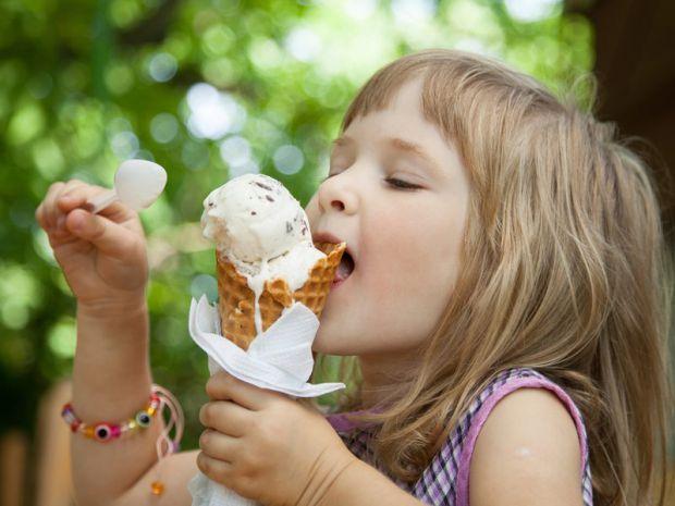 Комаровський запевняє, що молоко є єдиним продуктом, який включає до свого складу велику кількість кальцію. З цієї причини дитині необхідно давати щод