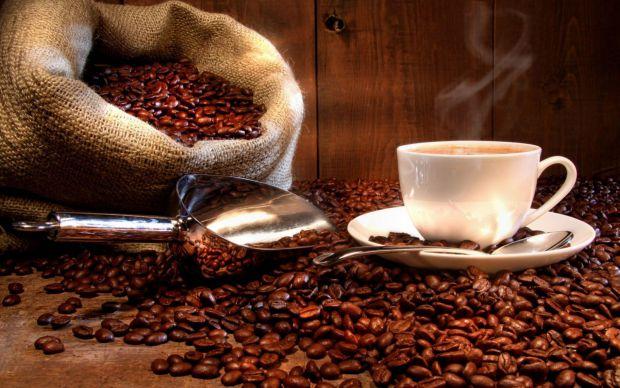 Багато хто починає свій ранок з чашки кави, сподіваючись таким чином придушити голод і скоротити об'єм споживаних калорій, а також вважають, що кава п