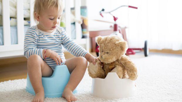 Якщо немовля плаче перед сечовипусканням, дригає ніжками, корчить пики, немає необхідності відразу звертатися за допомогою до фахівця, особливо вночі.
