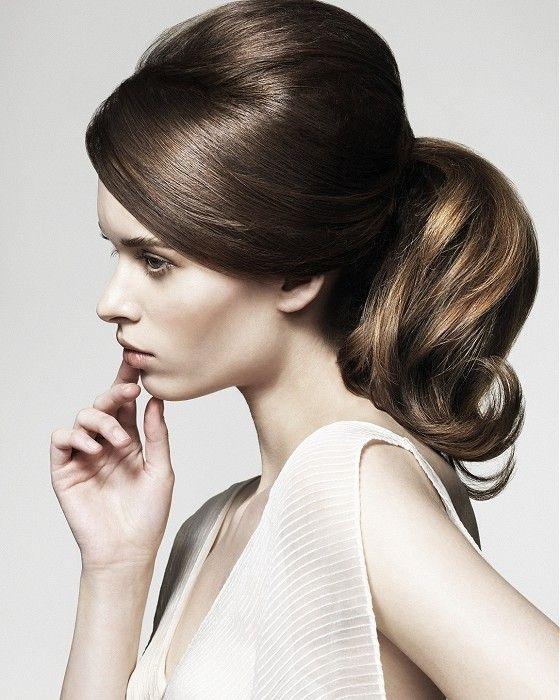 Не всі можуть похвалитися ідеальним волоссям, але можна зробити зачіски, які придадуть непослушному волоссю приємного ефекту. Сьогодні ми розглянемо в