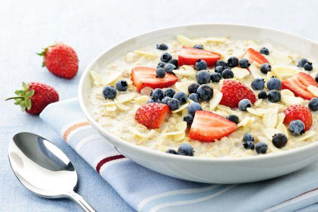 Багато людей для сніданку обирають вівсянку, адже вона - дієтична і багата вітамінами. Однак, не лише завдяки цьому популярність цієї каші росте з кож
