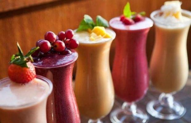 Смузі - густий напій, готується у блендері до стану пюре з натуральних інгредієнтів (фруктів, ягід, овочів).