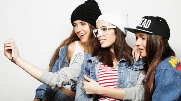 Підлітки починають не прислуховуватись до порад батьків і не бажають носити одяг, який їм пропонує купити мама чи тато, вони вважають, що дорослі і мо