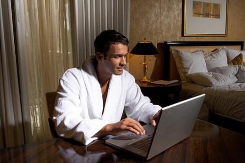Жінкам важко змиритися з фактом, що коханий чоловік із захватом дивиться порнографію. Часто такі ситуації призводять до конфліктів, постійних сцен рев