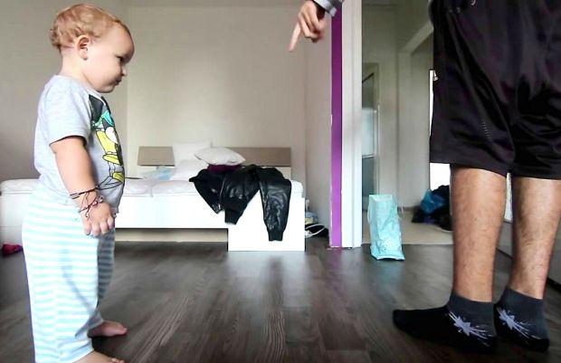 Батько і милий маленький синочок B-Boy танцюють разом. Це дуже мило!