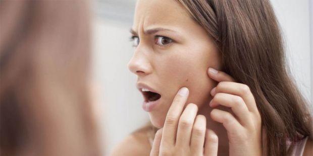 Руки, які часто торкаються обличчя можуть провокувати на прищі та інші запальні процеси.