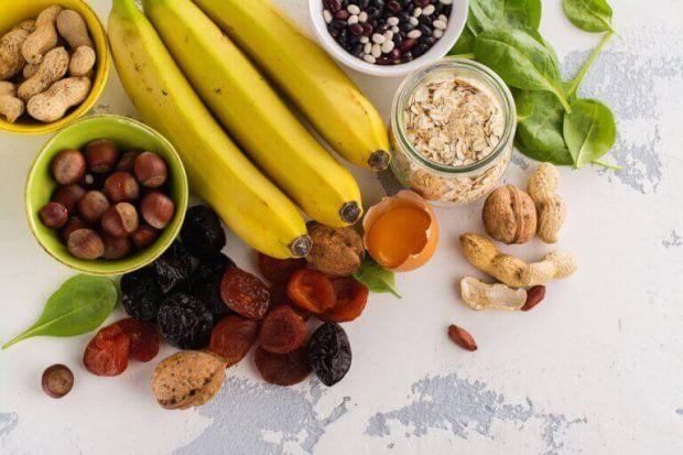 Середня денна норма калію становить 2 грами, саме таку кількість має щодня надходити з харчуванням. Недолік калію в організмі призводить до слабкості