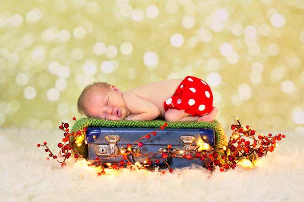 Перетворіть процес підготовки до сну в гру. Поясніть дитині, що спочатку треба вкласти спати іграшки, потім помити вушка, очки і ручки і заколисати їх