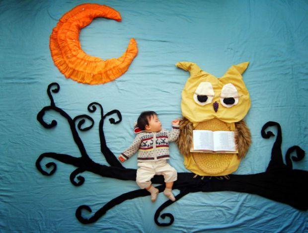 Мама трьох хлопчаків Куїні Ліао, коли її молодший син Венгені засинає, створює з іграшок, одягу і всього, що є вдома під рукою, декорації до своїх зні