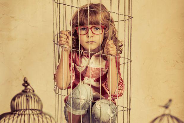 Якщо ви дуже сильно турбуєтеся за свою дитину, стежите за кожним її кроком і зав`язуєте їй шнурки аж до повноліття, ваша дитина навряд чи буде вам вдя