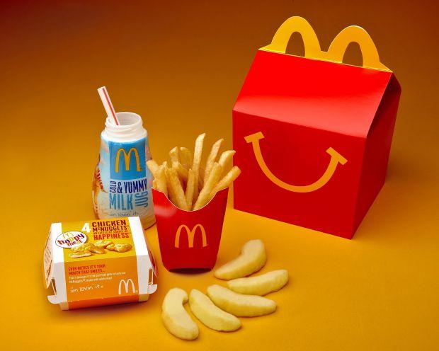 Нові Happy Meals містять меншу порцію картоплі фрі і на вибір - знежирене шоколадне молоко або біле молоко.