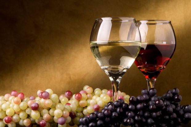 Іноді батьки дозволяють чаду ковтнути вина або ж чогось міцнішого, мотивуючи це тим, що