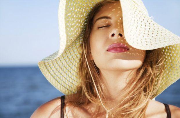 На стан волосся впливають промені сонця. Як захистити свою шевелюру - читайте далі.