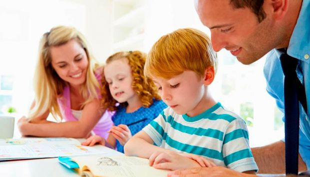 Психологи і вчителі зібрали головні рекомендації для батьків, як виконувати домашні завдання з дітьми без стресу для них.