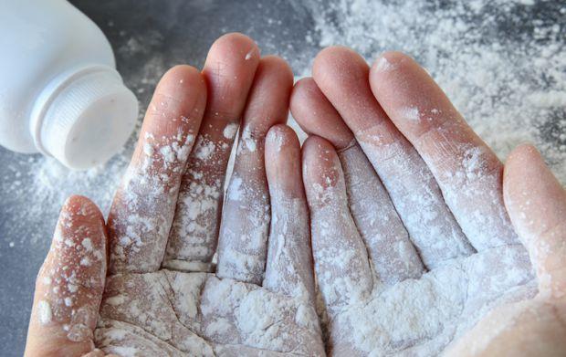 Сухий шампуньПерше і головне — дитяча присипка може працювати як сухий шампунь. Останні, до речі, зараз випускають у форматі мусу, гелю і пудри, тому