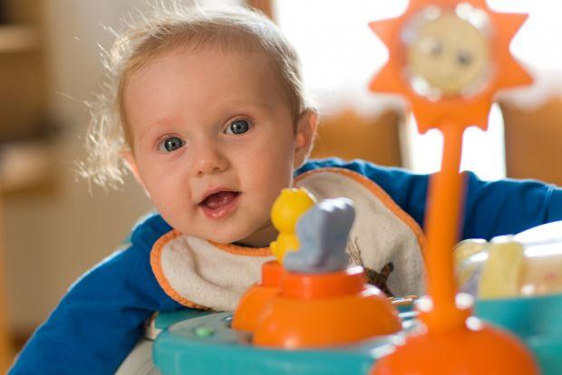Одне з найбільш суперечливих питань при виборі дитячих гаджетів - це питання про ходунки. Як відомо, серед батьків і фахівців є як прихильники, так і