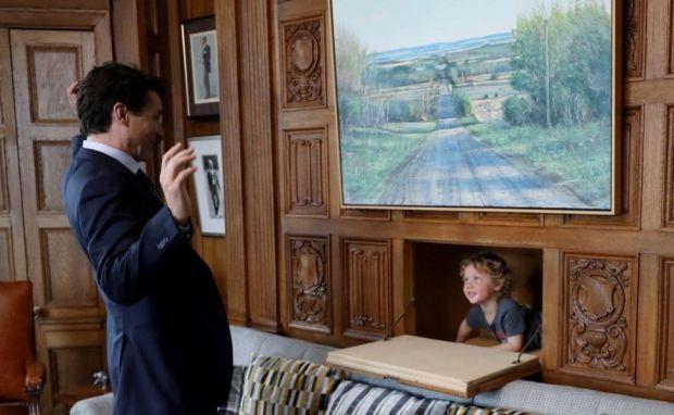 Джастін Трюдо - не лише чудовий політик, красивий чоловік, але й прекрасний батько, що доводять ці світлини з офісу держслужбовця, куди прийшов його м