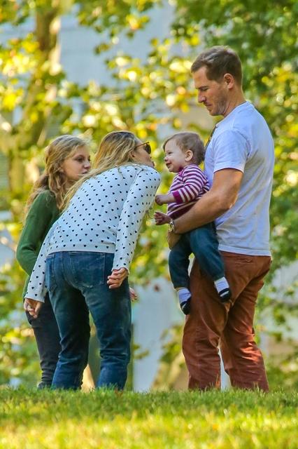 Актриса разом із чоловіком Уіллом Копелманом і золотком-донькою Олів вибралася на пікнік.