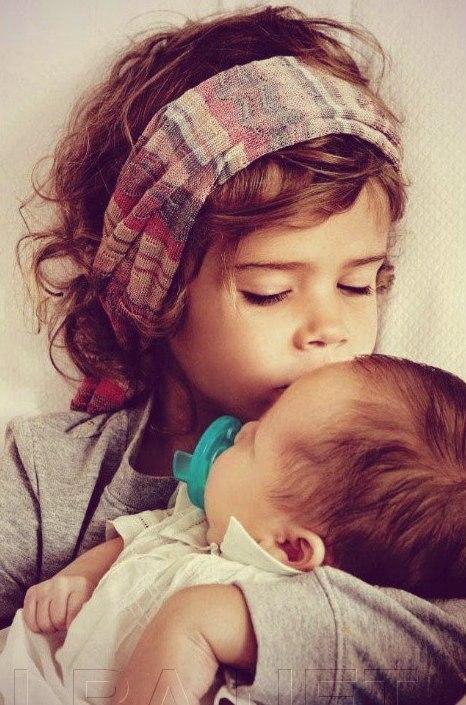 Дитяча любов - найщиріша. Так мило спостерігати за маленькими братиками, які ніжно цілують у щічку своїх менших сестричок чи братів. Пропонуємо Вам за