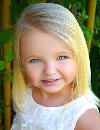 Це найменша моделі в світі, їй всього 2 роки. Звуть її Айрі Браун. Маленька принцеса вже прийняла участь у багатьох показах. Вона найвідоміша модель в