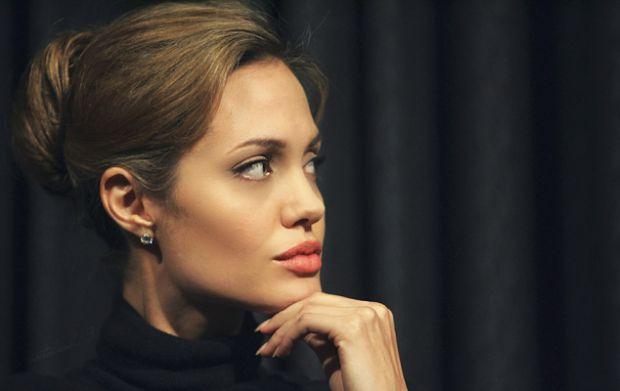 Анджеліна Джолі - предмет заздрості багатьох жінок. Вона сама не соромлячись визнає, що захоплюється своєю фігурою.Як же Анджеліна залишається завжди