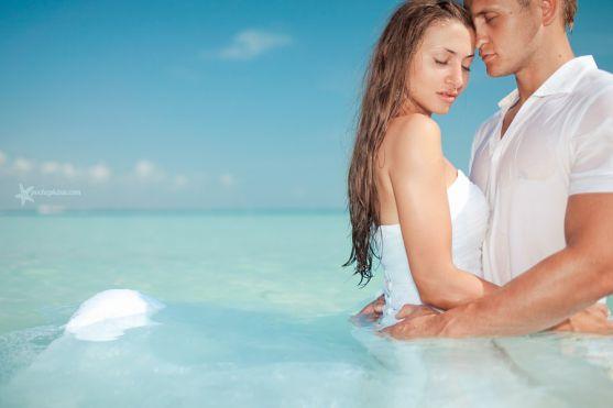 Літо - пора відпусток і відпочинку, а у Вас весілля. Поєднайте приємне з корисним, зробіть своє весілля на березі моря. Все прямісінько як в кіно.