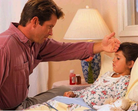 Найчастіше кашель мучить дітей саме ночами. Які існують практичні методи для полегшення цього стану і допомоги малюкові спокійно спати, не страждаючи