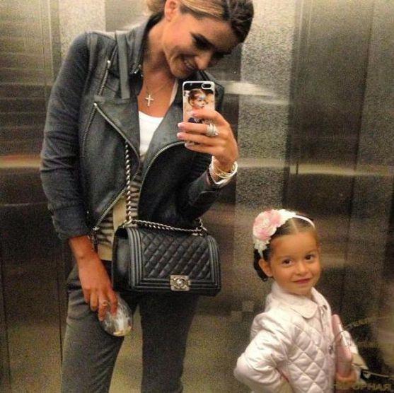 Ксенія Бородіна привчає свою дочку не тільки до красивих речей і правильно позувати перед камерами, але і до роботи з самого раннього дитинства.Виявля