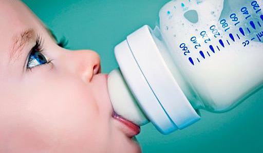 Це питання турбує багатьох мам, котрих малюки вже досягли віку, коли потрібно починати їсти щось, окрім материнського молока, але діти від усього відм