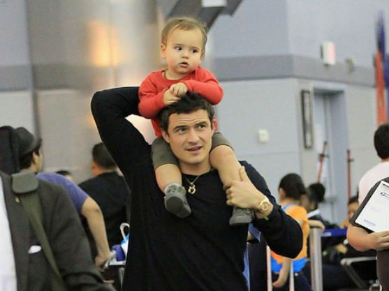 Актор-красунчик дуже любить свого сина. Матуся-модель Міранда Керр теж обожнює його. Подивимося, який одяг носить їх маленький Флінн.