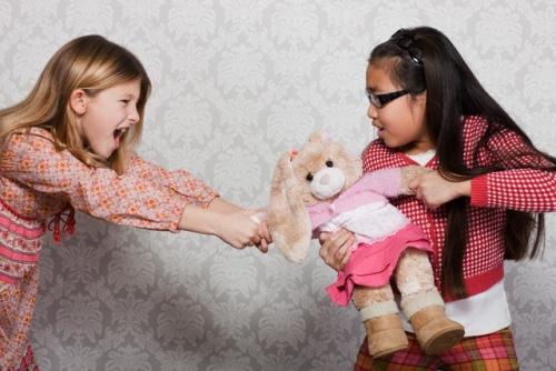 Молодий мамі часто буває ніяково перед приятельками по дитячому майданчику через жадібність своєї дитини.