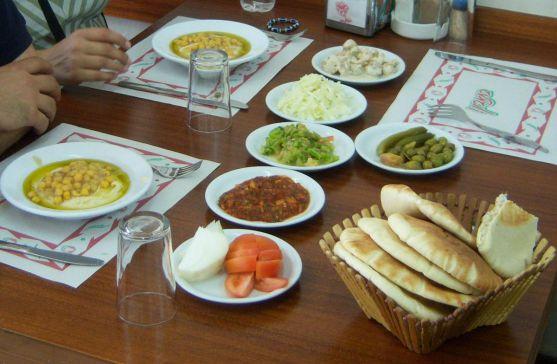 Ізраїльські медики рекомендують строго враховувати сумісність продуктів. Приміром, м'ясо, яйця, сир можна поєднувати із зеленими овочами, але не варто