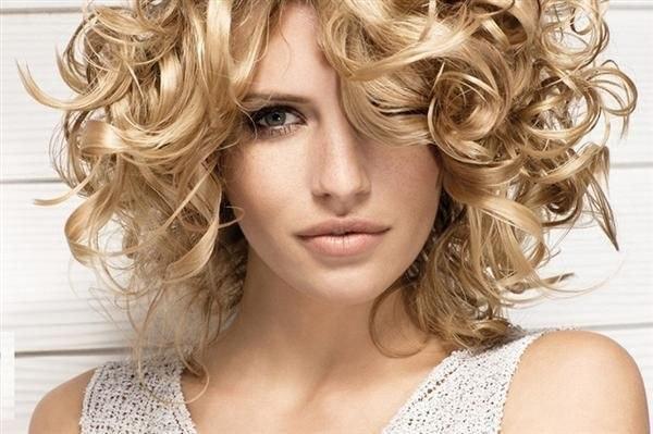 Біозавивка - справжня знахідка для тонкого волосся. Завдяки цій процедурі воно набуває додаткового розкішного об'єму.