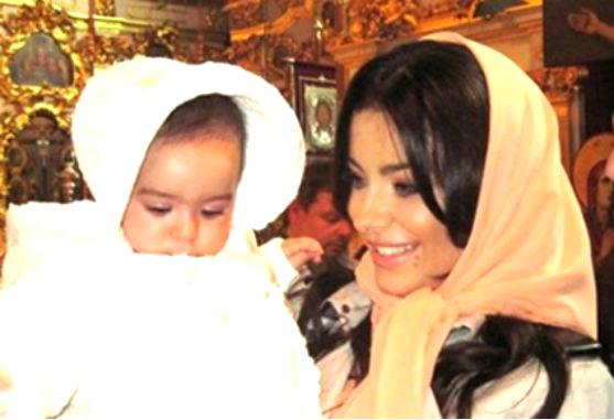9 червня улюблена донечка Ані Лорак та Мурата Налчаджиоглу відсвяткувала день народження. Дівчинці виповнилося два роки, а зіркові батьки та хрещені п