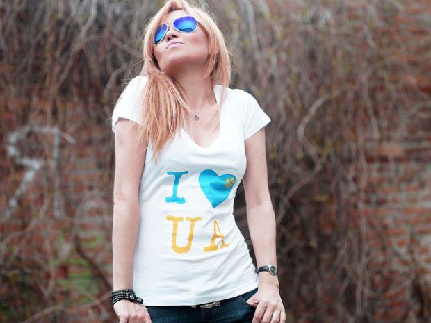 Lilu випустила футболки з українською символікою.