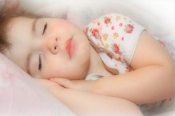 Вчені Массачусецького університету поспостерігали за 40 дітьми і дійшли висновку, що міцний денний сон позитивно впливає на інтелектуальні здібності д