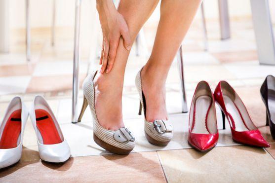 Навіть під час вагітності жінкам важко відмовитись від таких звичних для себе речей, як взуття на каблуках. Проте всі знають, що це шкідливо як для ма