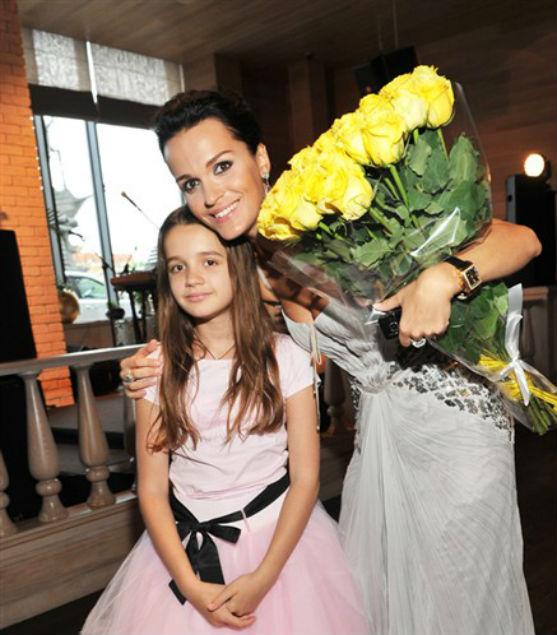 Популярна співачка так перейнялася переїздом доньки, що схудла.