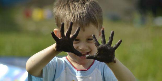 Медики говорять, що бруд має позитивний вплив на шкіру дитини.