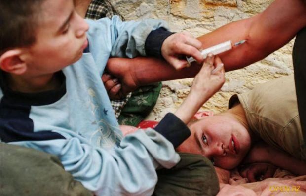 Эксперименты с наркотическими веществами - не редкость среди подростков. Кто-то это делает из интереса, кто-то «на спор», кто-то хочет выглядеть взрос