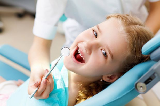 Многие мамочки почему-то оттягивают поход ребенка к зубному, причем делают это совершенно осознанно, правильно ли это? Сегодня в нашей статье мы обсуд