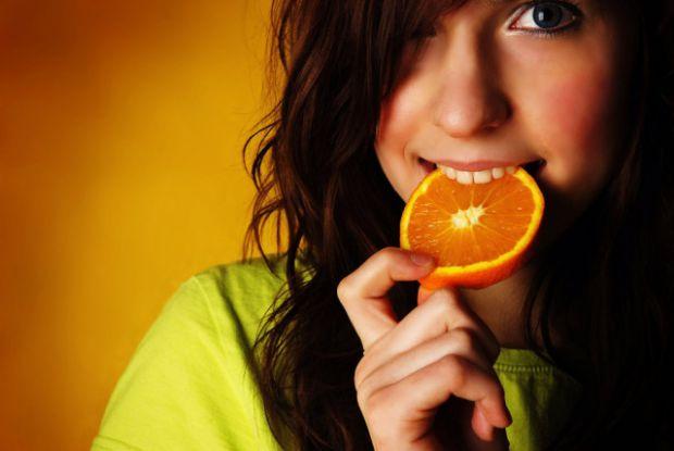 devushka-kushaet-apelsin.jpg