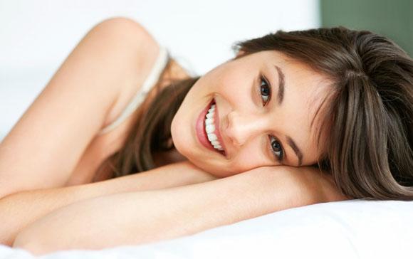 Для зміцнення зубів вам згодиться звичайна сіль. Вона загоює ясна, запобігає процесам гниття, тобто прибирає неприємний запах з роту. А, окрім цього,