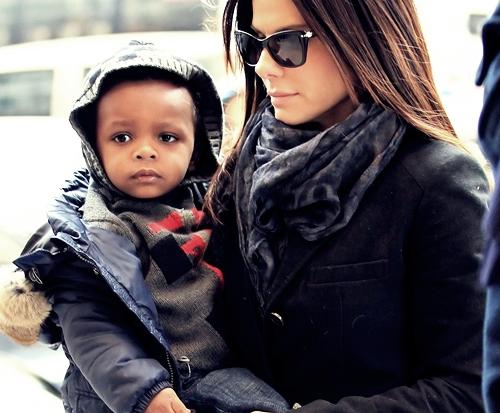 Знамениті матусі не рідко хваляться тим, як проводять вільний час разом із своїми чадами, в який дорогий одяг їх одягають та які дорогі дарунки купляю