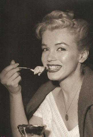 Незважаючи на значний бюст і круті стегна, актриса мала дуже тонку талію. Отже, як же Мерилін харчувалася?