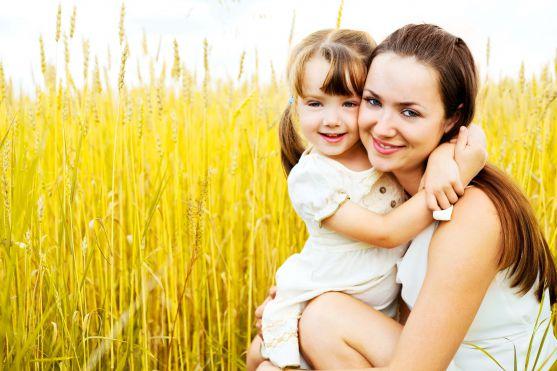 Багатьох головних речей у житті доньку повинна навчити саме мама, наприклад, ніжності, терпінню, вмінню любити.