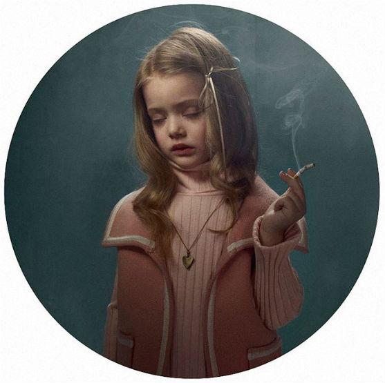 Бельгійського фотографа Фріке Янсона звинувачують у пропаганді куріння серед дітей.