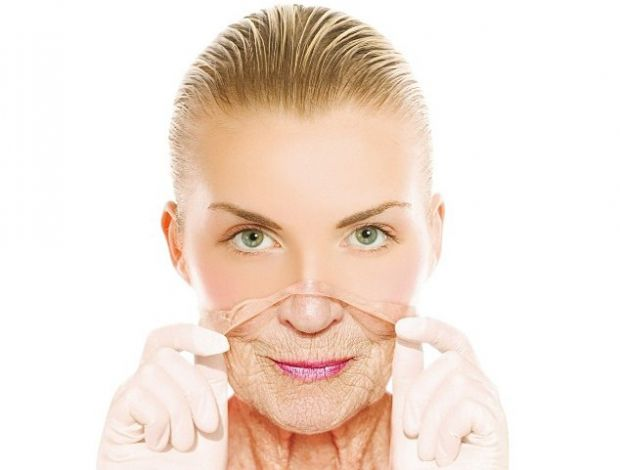 Молекули колагену, що є в желатині, здатні проникати глибоко в шкіру. Тому желатинова маска для обличчя і тіла в домашніх умовах, надасть чудовий омол