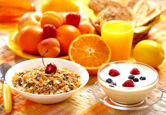Для сніданку головним є баланс корисних речовин та достатня кількість калорій. У раціоні сніданку повинні бути і білок, і вуглеводи і багато клітковин